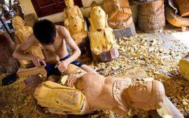 Gỗ dùng để đục tượng thường là gỗ mít, không cong vênh mối mọt, dai mềm